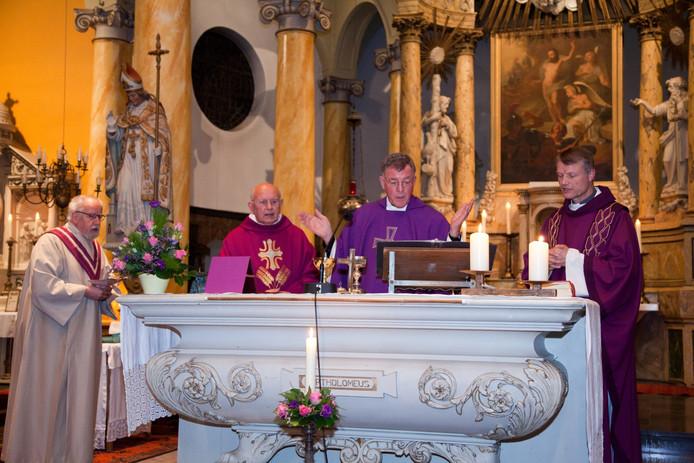 Henk Janssen (midden) nam afscheid als pastoor van Beek en 't Laag.