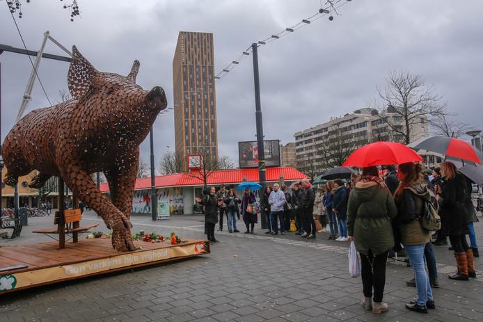 Herdenking in Eindhoven van varkens die omkwamen bij stalbrand Biezenmortel