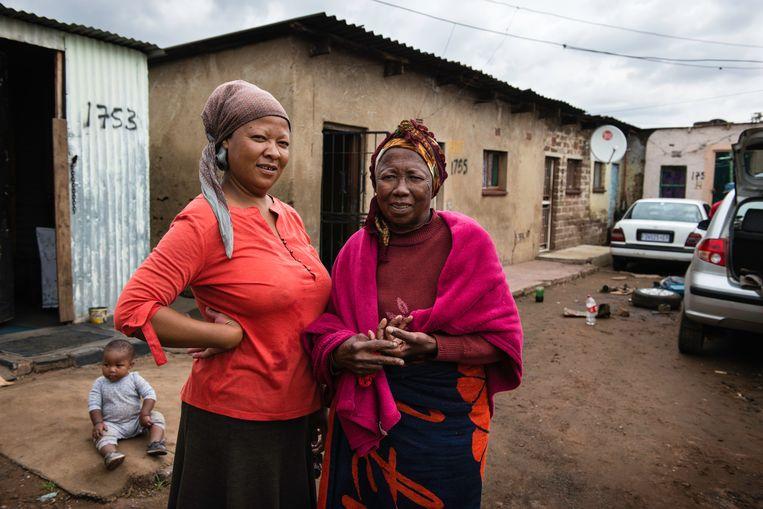 Doris Harrison en haar 69-jarige moeder voor hun woning. 'Ik ben mijn inkomen kwijt. We overleven op moeders pensioenuitkering.' Beeld Bram Lammers