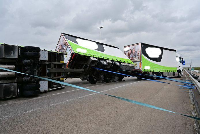 Op de A16 richting Breda is een vrachtwagen omgekanteld vanwege harde wind. Er zijn sowieso twee rijstroken dicht.
