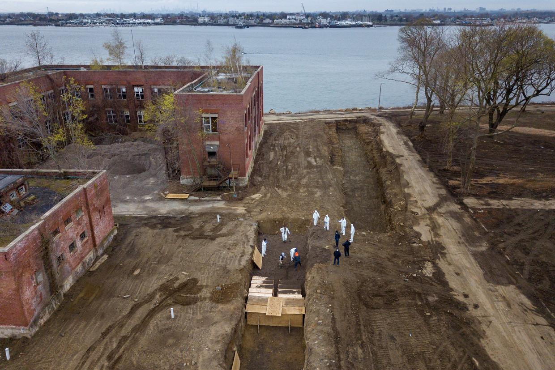 Coronadoden worden begraven op Hart Island in New York. Hier worden lichamen begraven van overledenen zonder familie.  Beeld REUTERS