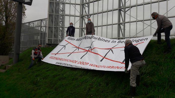 Bewoners van De Heuve in Beuningen plaatsen een spandoek tegen windmolens langs de A73.