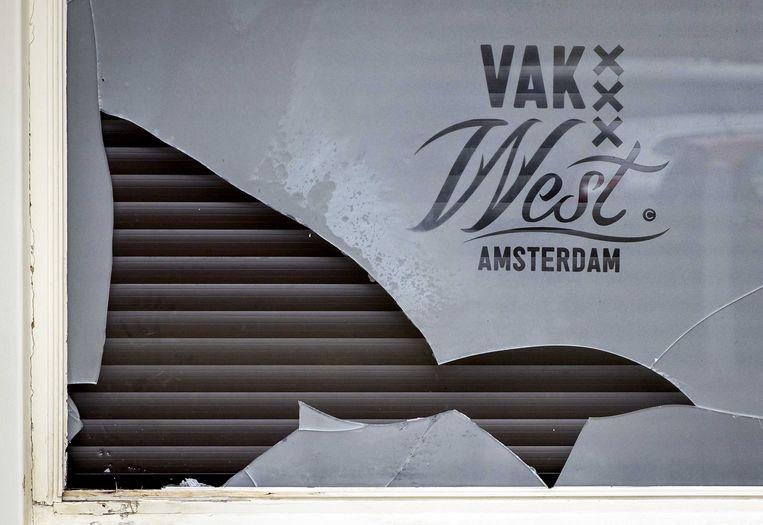 Schade aan de gevel van café Vak West.   Beeld ANP