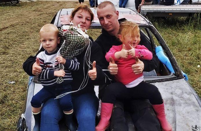 De recentste gezinsfoto van Steve Coopman en Doortje Neirynck, op de autocross in Gijverinckhove, met hun kinderen Thibo (3) en Laëtitia (5). Steve is autocrosser.