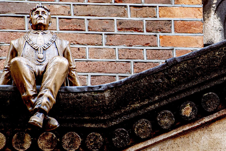 Een bronzen beeld van Eberhard van der Laan, gemaakt door kunstenaar Frankey, is donderdag geplaatst op het dak van poptempel Paradiso. Beeld ANP