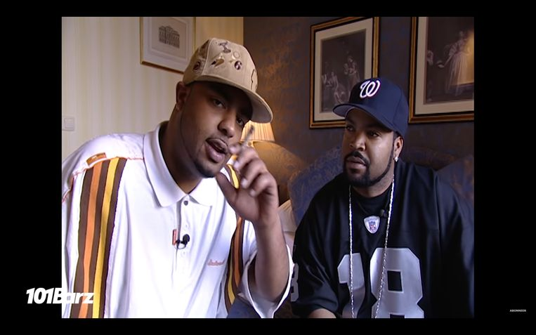 Presentator Rotjoch (l) interviewt voor jongerenkanaal 101tv de Amerikaanse rapper Ice Cube in het Amstel Hotel. Beeld 101Barz
