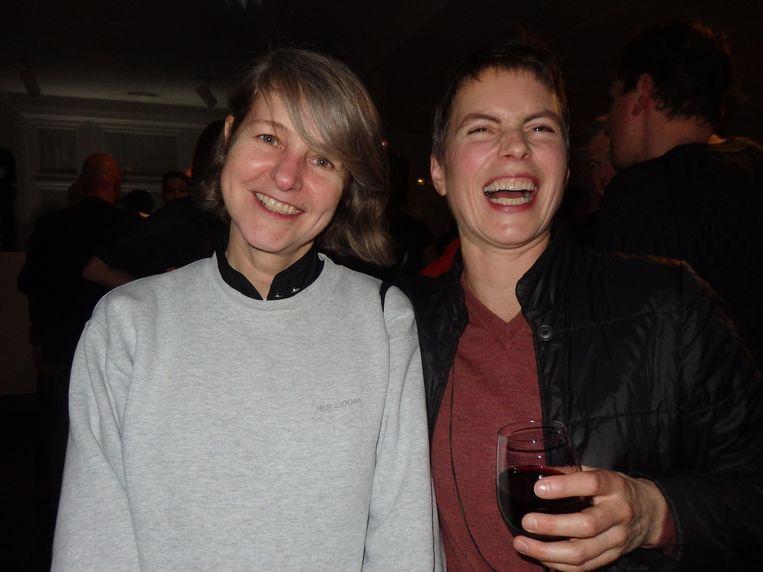 De bedenker van de naam X Bank: Linda van Deursen (Mevis & Van Deursen). Sieradenontwerper Christine Alberts lacht om iets anders. Beeld Schuim