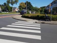 Busje rijdt persoon in elektrische rolstoel aan in Dedemsvaart