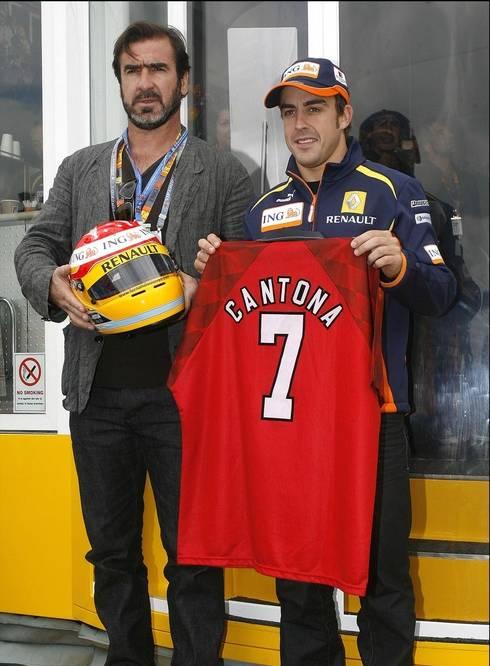 Cantona vorig jaar naast F1-piloot Alonso op het circuit van Silverstone.