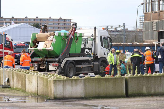 Persoon onder vrachtwagen aan Schieweg in Delft.