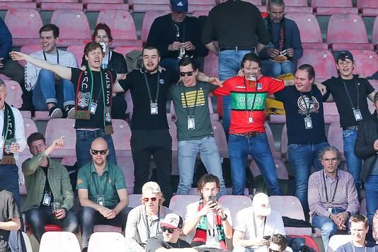 De NEC-fans zaten verdeeld over zes bubbels -waarvan een aantal in het zonnetje- op de tribunes van de Goffert.