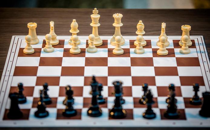 2018-01-30 14:41:41 DEN HAAG - Een schaakbord met schaakstukken tijdens een simultaan schaak wedstrijd tegen de Indiase oud-wereldkampioen schaken Viswanathan Anand, die afgelopen week deelnam aan de Tata Steel Masters. ANP BART MAAT