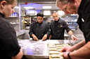 De school heeft twee keukens: één professionele voor een beroep in de horeca en één om te leren hoe thuis een maaltijd te maken.