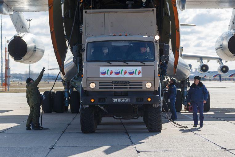 Een militaire truck laadt vlak buiten Moskou medische goederen bestemd voor Italië in een vrachtvliegtuig (een Il-76). Beeld AP
