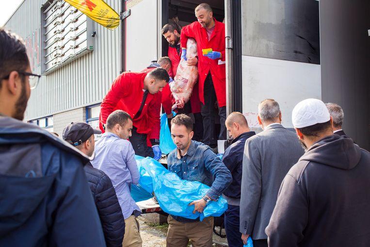 Moslims in Den Haag halen voor het Offerfeest hun bestelling op bij de slager, september 2017. Beeld Najib Nafid