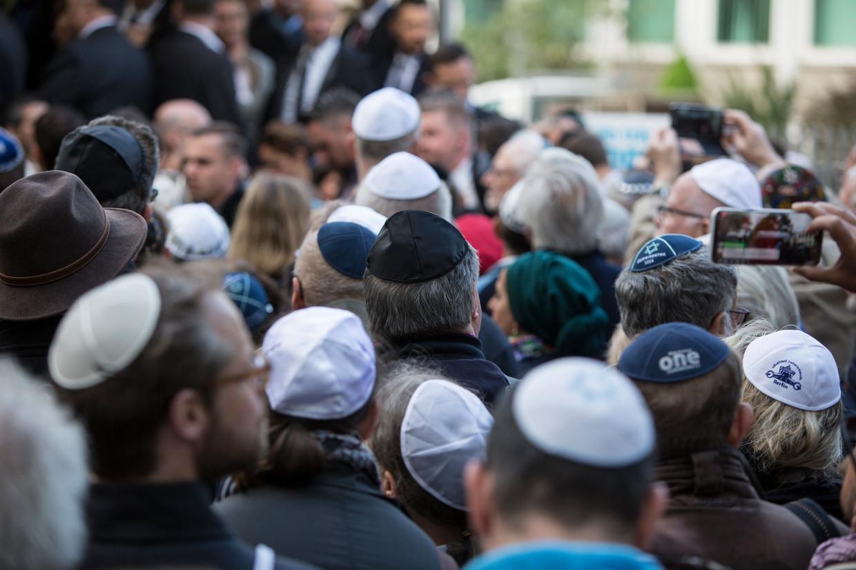 Bijeenkomst in Berlijn, april vorig jaar, waar veel deelnemers in de strijd tegen het antisemitisme een keppeltje droegen om zo hun steun te betuigen aan de Joodse gemeenschap in Duitsland. Beeld EPA