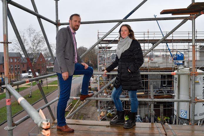 Miranda en Edwin Schoonderbeek op de bouw aan de Angelinapolder in Vathorst.