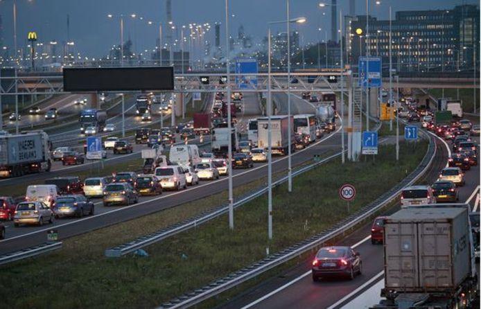 Verkeer richting Voorne-Putten staat vaak al bij Hoogvliet vast op de A15, omdat de Hartelbrug te smal is of de Botlekbrug is gestremd. Er komt echter geen tweede Hartelbrug.