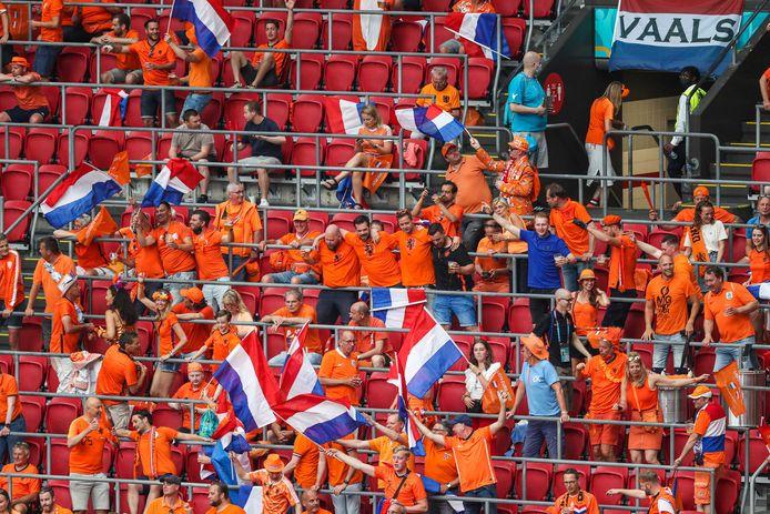 Supporters van Oranje op de tribune tijdens het EK 2020.