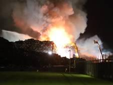 NL-Alert na zeer grote brand bij metaalverwerker: 'Ramen en deuren sluiten, ventilatie uit'
