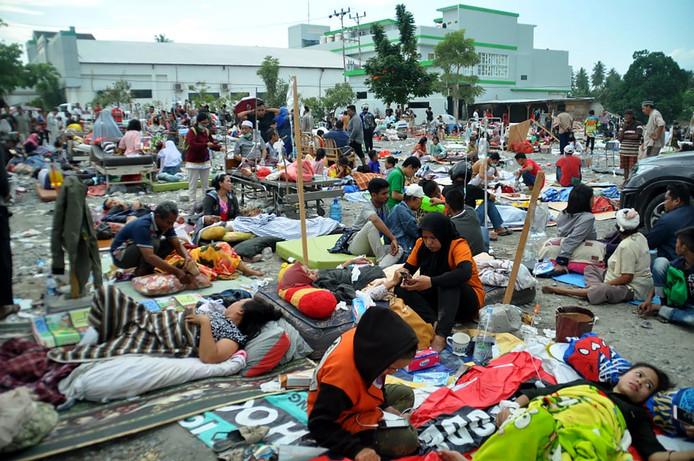 Leden van een medisch team helpen patiënten buiten het ziekenhuis nadat de aardbeving en de tsunami Palu hebben geraakt. De aardbeving haalde verschillende gebouwen neer en mensen zochten hoger gelegen gebieden op vanwege de tsunami.