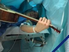 Jelle (34) speelt wereldberoemd nummer tijdens zijn eigen hersenoperatie
