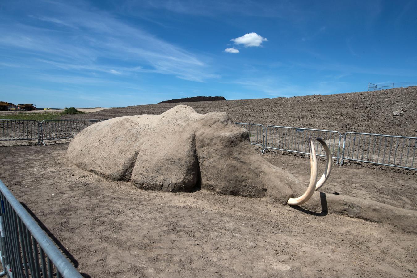 In de Reevediep (bypass) bij Kampen werd een van klei geboetseerde mammoet onthuld. Een viertal kunstenaars maakten bij het uitzichtpunt van 'Ruimte voor de Rivier'(brug Nieuwendijk) een levensgrote mammoet.
