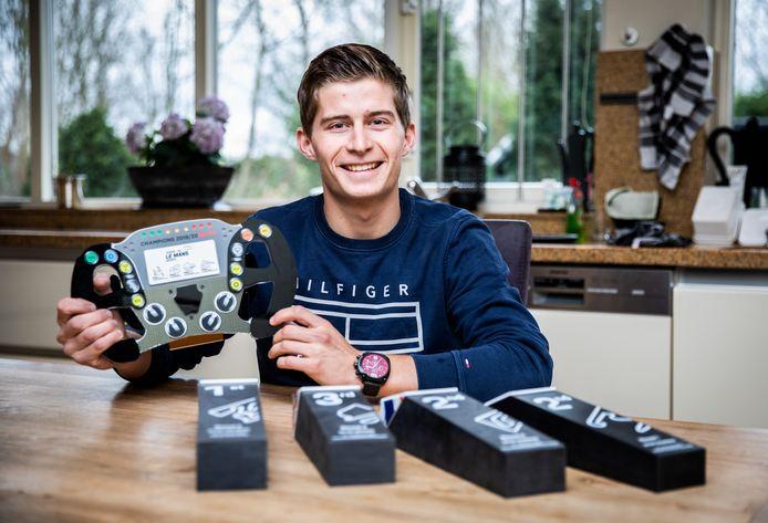 Leonard Hoogenboom met zijn gewonnen prijzen.
