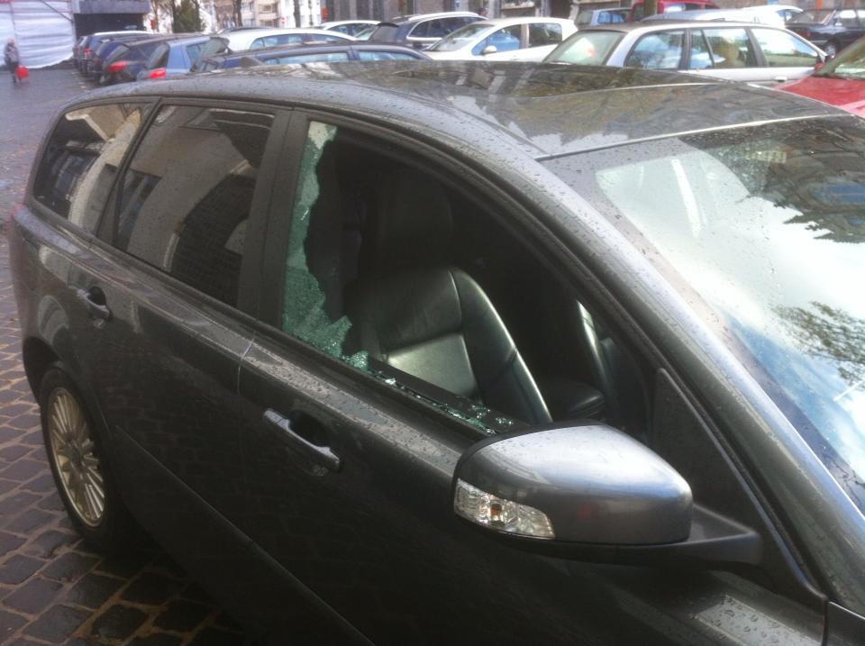 Bij tal van auto's sloeg de jonge dader een autoruit stuk.