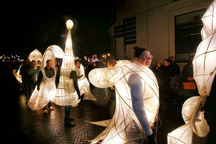 Verlicht en versierd lopen de deelnemers mee in de optocht.