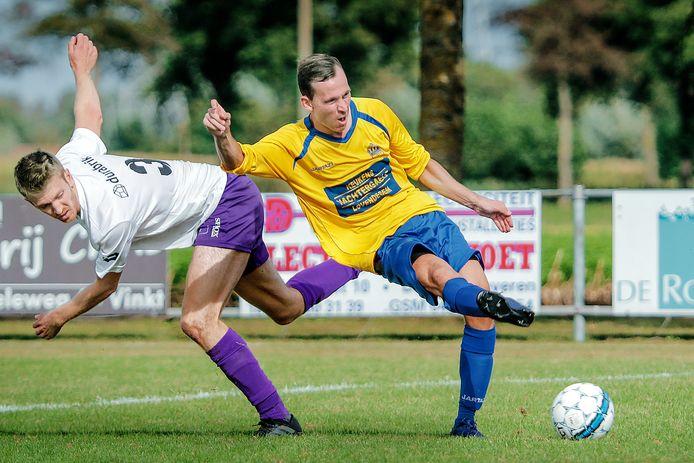 Tim Van Kerrebroeck en Timothy Allemeersch (r.) duelleren om de bal. Allemeersch trekt volgend seizoen opnieuw het shirt aan van SK Lovendegem