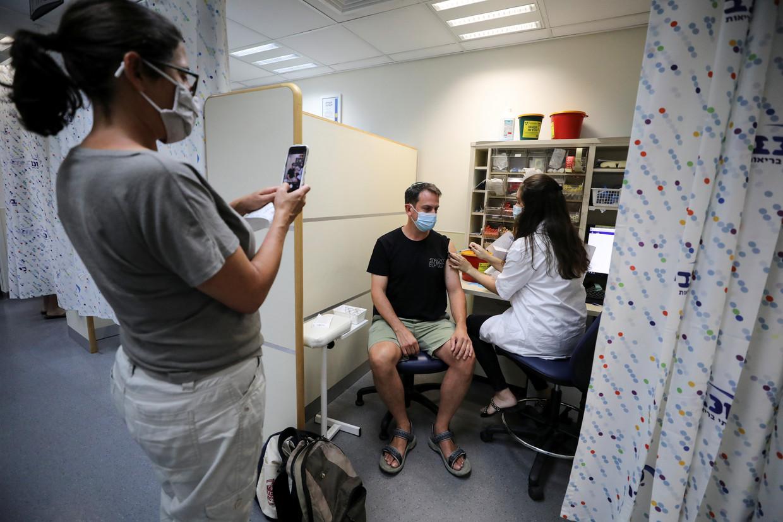 In Israël krijgen leerkrachten en veertigplussers al hun derde prik. Beeld REUTERS