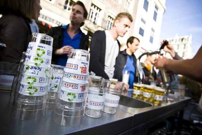 Op sommige plekken gebeurt het al: statiegeld op je drinkbeker. Het blijkt goed te werken. foto Ade Johnson/anp