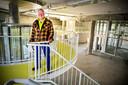 John Körmeling op het platform dat hij ontwierp voor de entreeruimte van het Depot. Hier komt straks de garderobe.