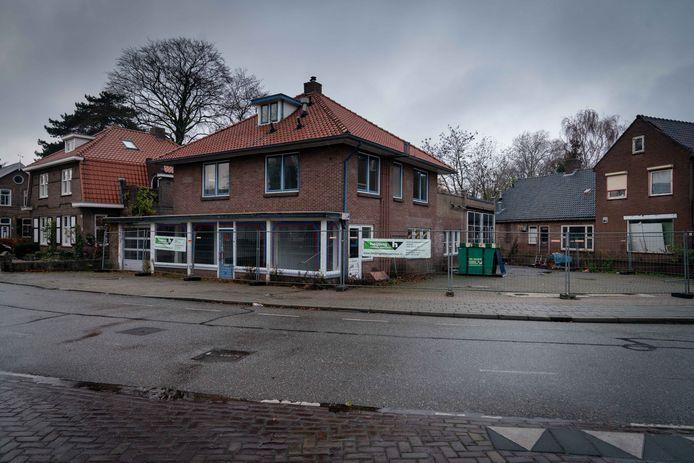 Bemmel 0712: De puist van Bemmel: voormalig garagebedrijf aan de Dorpsstraat /BvH