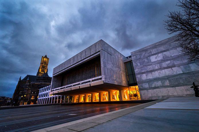Het stadhuis in Arnhem, met zicht op de blokkkendoos waarin de raadszaal zich bevindt. Nu D66 buiten de boot valt van de bestuurscoalitie worden de kaarten opnieuw geschud.