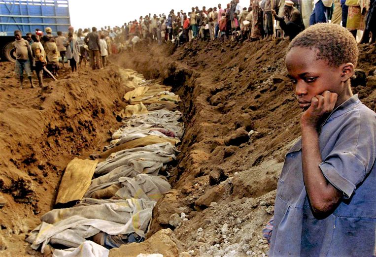 Een meisje kijkt neer op een massagraf dat werd teruggevonden net buiten de Rwandese hoofdstad Kigali. Beeld Reuters