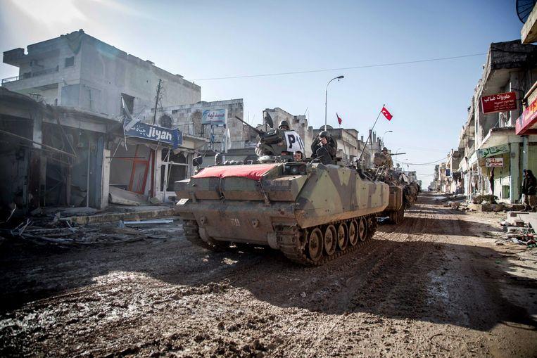 Tanks van het Turkse leger rijden door de straten van Kobane, Syrie. Volgens sommige theorieën zou de droogte in het land aan de basis liggen van het gewapend conflict. Beeld EPA