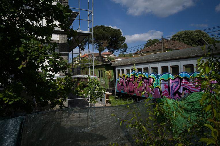 De oude locomotief staat er nog, uitgebeend en onder de graffiti. Beeld Gonçalo Fonseca