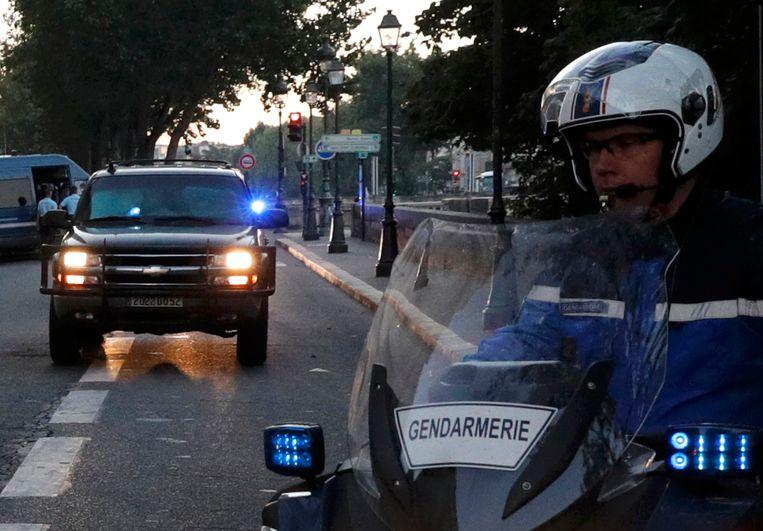De aankomst van Salah Abdeslam vanochtend bij de rechtszaal in Parijs. Beeld REUTERS