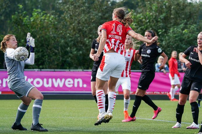 Aniek Nouwen maakt hier de winnende voor PSV.