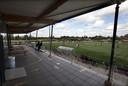 Viod-DVC'26: een bijna leeg terras met pijlen in Doetinchem.