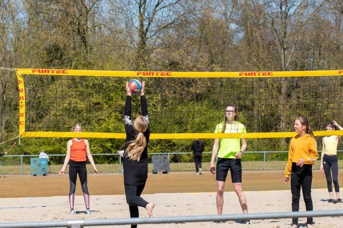 Je kunt niet alleen volleyballen op het beachveld, maar ook handballen en badmintonnen.