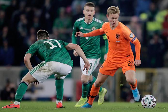 Frenkie de Jong stijlvol aan de bal tegen Noord-Ierland.