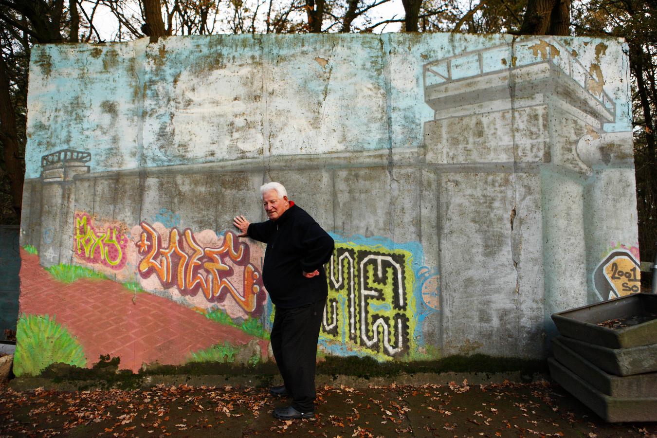 Toon Stolwerk in 2009 poserend bij zijn aandenken aan de Berlijnse Muur.