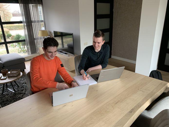 Daan Woestenenk (links) en Casper Rijzewijk puzzelen aan hun website.