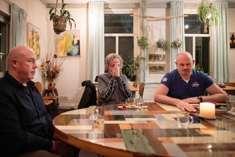 Patrick Timmermans, Stan en Gerard Wouters (vlnr) aan de ronde tafel in het Vadercafé. Timmermans: 'We gaan zo diep mogelijk.' Beeld Elmer van der Marel