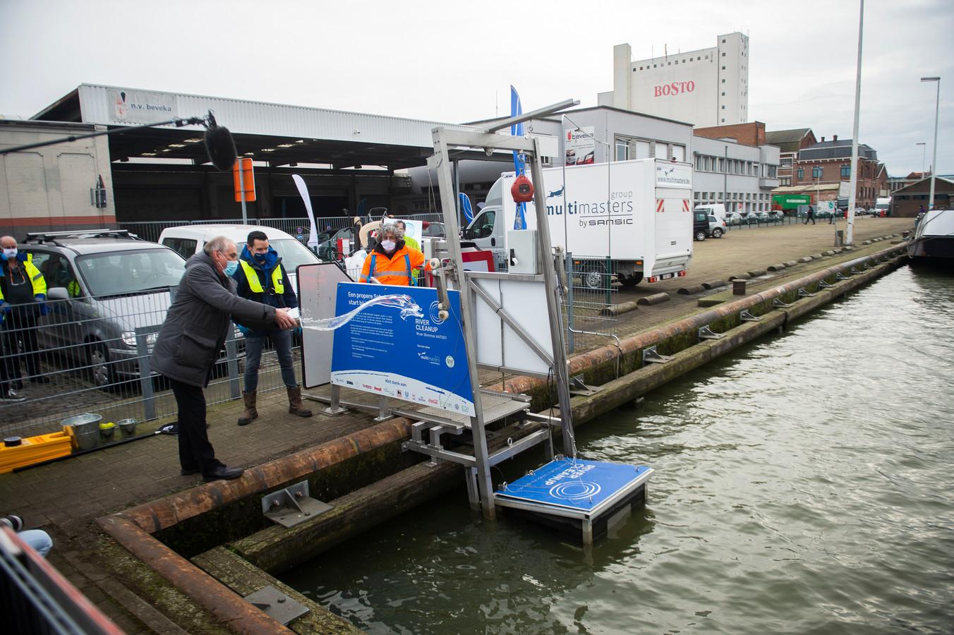 Burgemeester van Merksem Luc Bungeneers doopt de River Skimmer.