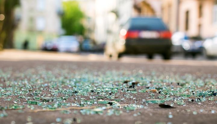 Illustratie. Het glas viel zelfs op de stoep toen de 24-jarige de ramen insloeg.