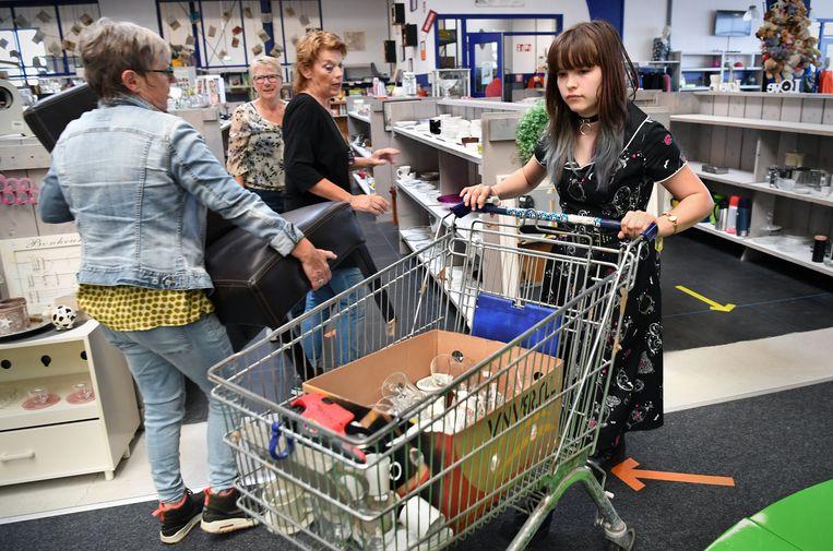 Mila Roosendaal, vrijwilliger in de kringloopwinkel Dorcas in Hoorn. Beeld Marcel van den Bergh / de Volkskrant